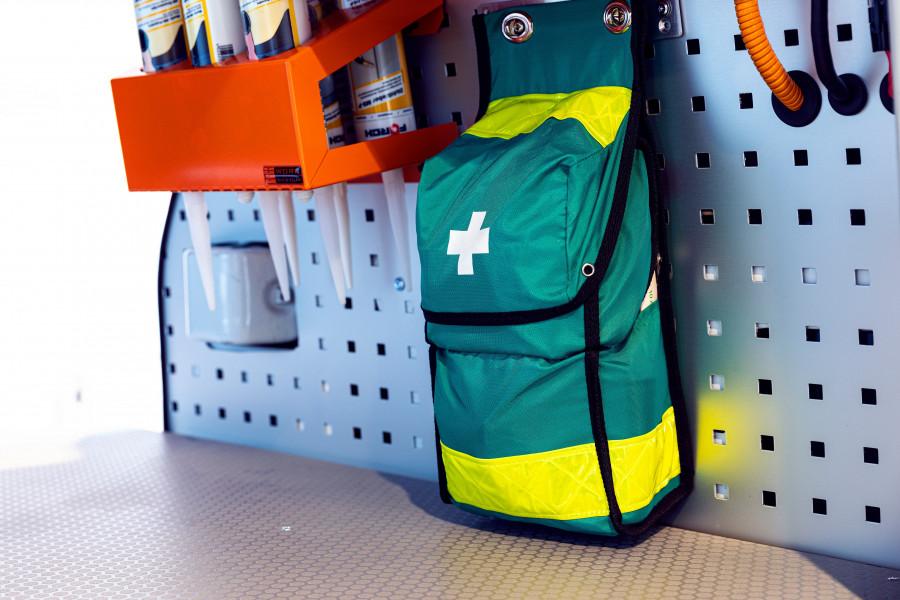 Första hjälpen kit och brandsläckare till ditt arbetsfordon.